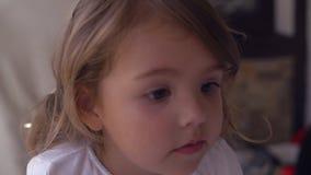 Den lyckliga ungen tycker om lunch berättar något stock video