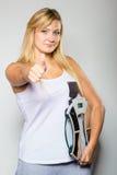 Den lyckliga visningen för maskin för kvinnainnehavvikt tummar upp Arkivfoto