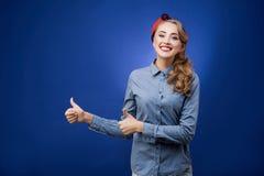 Den lyckliga visningen för ung kvinna för leende tummar upp Arkivbilder