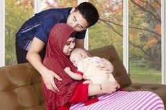 Den lyckligt fadern med hans fru och gulligt behandla som ett barn Royaltyfria Bilder