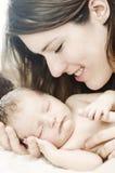 Den lyckligt modern och nyfött behandla som ett barn Arkivbild