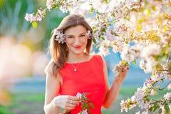 Den lycksaliga kvinnan som tycker om frihet, och liv parkerar in på våren Fotografering för Bildbyråer