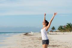 Den lycksaliga sportiga kvinnan som tycker om, kopplar av och lugn på beacen Arkivfoto