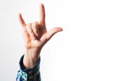 den lyftta handen visa en heavy metal vaggar tecknet royaltyfri bild