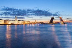 Den lyftta slottbron på vita nätter Arkivfoto