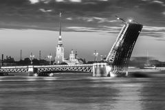 Den lyftta slottbron på vita nätter, svartvit bild Royaltyfri Foto