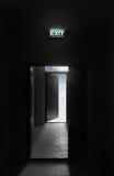 Inskriften går ut över öppen dörr Arkivbild