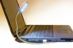 Den lysande LEDDE USB lampan förband till anteckningsbokUSB port Royaltyfri Fotografi