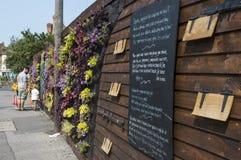Den lyssnande väggen, ett gemenskapprojekt i Margate, Kent Arkivfoton