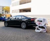 Den lyxiga AUDI limousineet med vintersommargummihjul rullar chage Arkivfoto