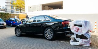 Den lyxiga AUDI limousineet med vintersommargummihjul rullar chage Arkivfoton