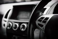 Den lyxiga bilinre specificerar Den mellersta konsolen med luft och multimedia kontrollerar den mjuka fokusen i svartvitt begrepp arkivfoton