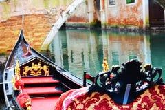 Den lyxiga gondolen parkerade, i Italien, Europa Royaltyfria Foton
