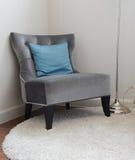 Den lyxiga gråa tweedsoffan med blått kudde i vardagsrum Royaltyfri Foto