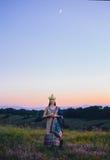 Den lyxiga indiska kvinnan rymmer en stearinljus utomhus, i solarna arkivfoton