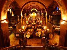 Den lyxiga inre av den exklusiva restaurangen i mitten av Bern royaltyfria bilder
