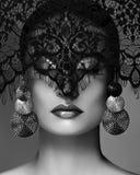Den lyxiga kvinnan med firar modemakeup, silverörhängen, Lace skyler Allhelgonaafton- eller julstil svart white Arkivfoto
