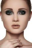 Den lyxiga kvinnan modellerar vänder mot med elegantt danar sminket, rengöring flår arkivfoton