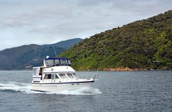 Den lyxiga lanseringen som kryssar omkring i Marlboroughen, låter Nya Zeeland Royaltyfri Bild