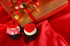 Den lyxiga muffinen med gåvor boxas Arkivfoto