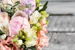Den lyxiga och eleganta buketten av rosor och annan blommar Sammansättningsfärger på grå bakgrund kopiera avstånd Royaltyfri Foto