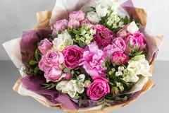 Den lyxiga och eleganta buketten av rosor och annan blommar Sammansättningsfärger på grå bakgrund kopiera avstånd Royaltyfri Fotografi