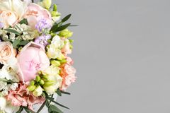 Den lyxiga och eleganta buketten av rosor och annan blommar Sammansättningsfärger på grå bakgrund kopiera avstånd Royaltyfri Bild