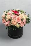 Den lyxiga och eleganta buketten av rosor och andra färger blommar på grå bakgrund, kopieringsutrymme Royaltyfri Foto