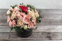 Den lyxiga och eleganta buketten av rosor och andra färger blommar på träbakgrund, kopieringsutrymme royaltyfria bilder