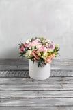 Den lyxiga och eleganta buketten av rosor och annan blommar Sammansättningsfärger på grå bakgrund kopiera avstånd Arkivfoto