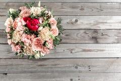 Den lyxiga och eleganta buketten av rosor och annan blommar Sammansättningsfärger på grå bakgrund kopiera avstånd Royaltyfria Foton