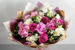 Den lyxiga och eleganta buketten av rosor och annan blommar Sammansättningsfärger på grå bakgrund kopiera avstånd Royaltyfria Bilder