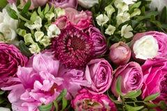Den lyxiga och eleganta buketten av rosor och annan blommar Sammansättningsfärger på grå bakgrund kopiera avstånd Fotografering för Bildbyråer