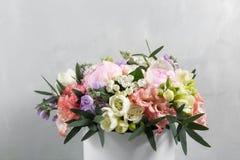 Den lyxiga och eleganta buketten av rosor och annan blommar Sammansättningsfärger på grå bakgrund kopiera avstånd Arkivbild