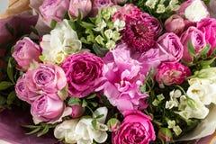 Den lyxiga och eleganta buketten av rosor och annan blommar Sammansättningsfärger på grå bakgrund kopiera avstånd Arkivfoton