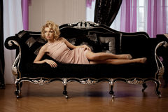 Den lyxiga rika kvinnan gillar Marilyn Monroe Royaltyfri Fotografi