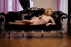 Den lyxiga rika kvinnan gillar Marilyn Monroe Royaltyfria Bilder