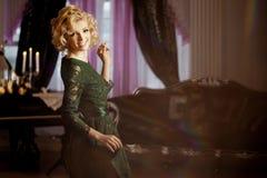 Den lyxiga rika kvinnan gillar Marilyn Monroe Arkivfoton