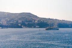 Den lyxiga seglingen f?r skeppet f?r kryssninghaveyeliner fr?n port p? soluppg?ng, solnedg?ngen, den Italien Sorrento fj?rden, lo arkivfoto