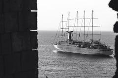 Den lyxiga seglingen f?r skeppet f?r kryssninghaveyeliner fr?n port p? soluppg?ng, solnedg?ngen, den Italien Sorrento fj?rden, lo arkivbilder