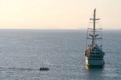 Den lyxiga seglingen f?r skeppet f?r kryssninghaveyeliner fr?n port p? soluppg?ng, solnedg?ngen, den Italien Sorrento fj?rden, lo royaltyfria bilder