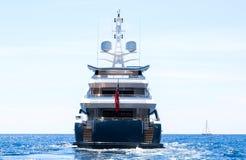Den lyxiga sidan för motoryachten tillbaka seglar bort royaltyfria bilder
