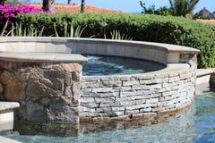 Den lyxiga spanjoren utformar pölbubbelpoolen som är varm med den lyxiga vattensärdragspringbrunnen på den ursnygga villan med ha Arkivfoton