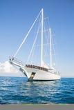 Den lyxiga stora privata yachten med seglar Royaltyfri Fotografi