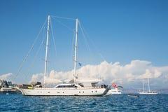 Den lyxiga stora privata yachten med seglar Royaltyfri Bild