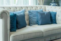 Den lyxiga vardagsruminredesignen med blåttmodellen kudde på soffan Arkivfoto