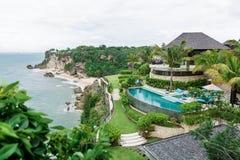 Den lyxiga villan och stranden Arkivbilder