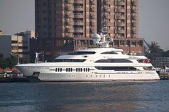 Den lyxiga yachten besöker Kaohsiung port Arkivfoto