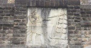 Den mäktiga altartavlan sned i sten på fasaden av monumentet royaltyfria bilder