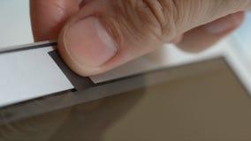 Den mänskliga handen blockerar en webcam av bärbara datorn av en tejp Royaltyfri Bild